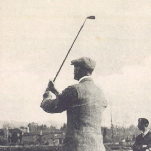 Détail de : Les Sports à Pau : Le Golf à la Plaine de Billère - Un Joueur tirant ; 19 ?? ; carte postale ; Bibliothèque Patrimoniale de Pau ; cote 7-017-2