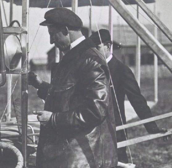 Les Frères Wright à Pau - Wilbur Wright avant le vol vérifie la marche du moteur / carte postale / Bibliothèque Patrimoniale Pau, cote  7-006-3